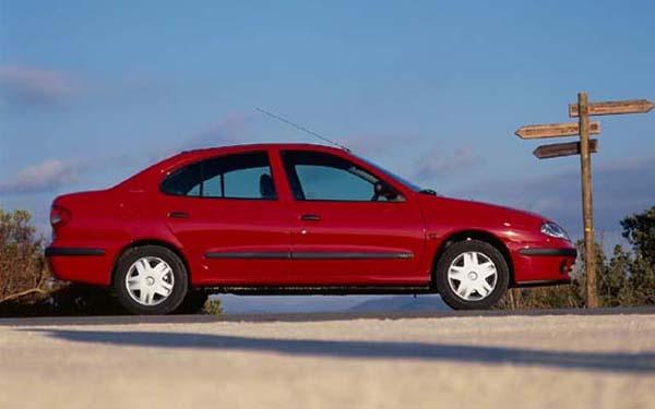 Фото Renault Megane Classic  (1999-2003)