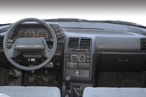 В салоне ВАЗ 2111 такая же обшивка, сиденья, панель приборов, место для.